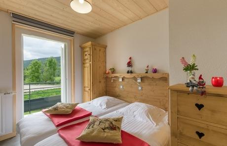 Chambre lits jumeaux N° 14 et 24 avec porte fenêtre sur balcon Résidence Les Tavaillons