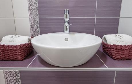 Salle de douche et vasque Résidence Les Tavaillons