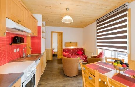 Cuisine, vue sur salon et chambre double N°11 et 21 Résidence Les Tavaillons